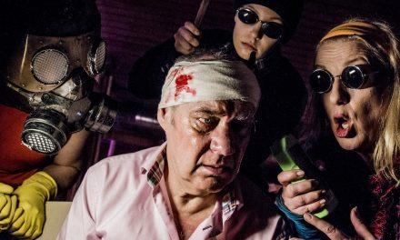 Dystopiaa ja muumitarinallisuutta – Teatteri Telakan Luukku on groteski mutta pehmeä ilottelu