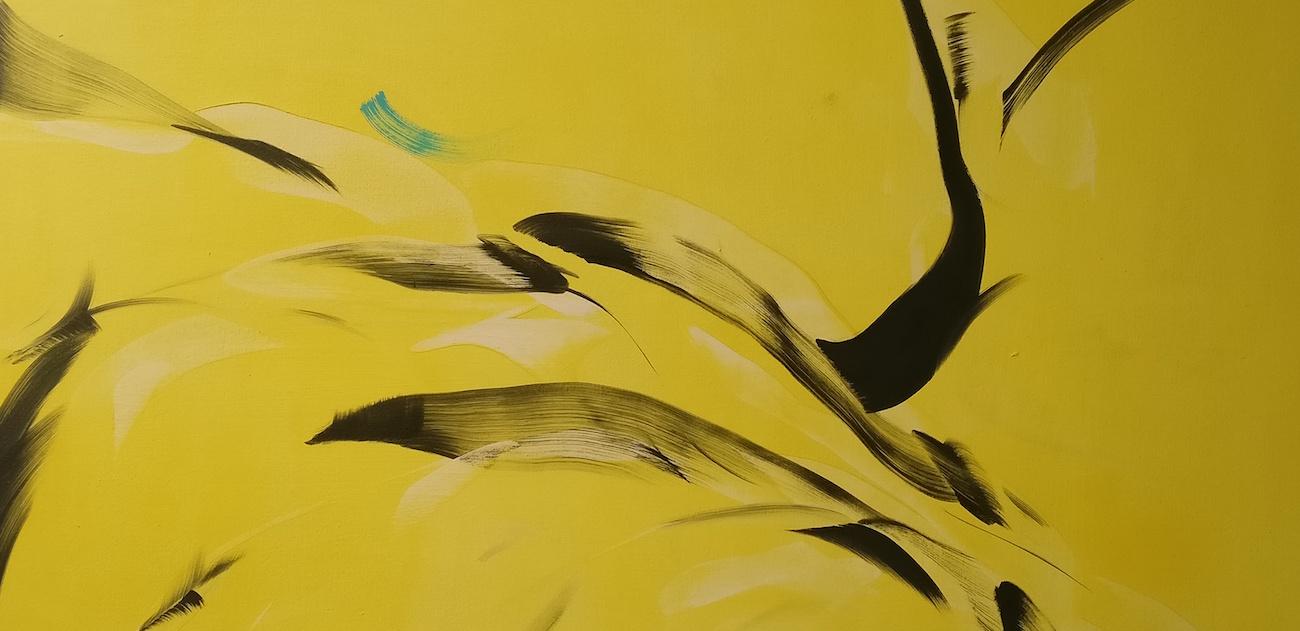 Irti nelikulmion ylivallasta: Mia Saharla murtaa maalauksen muotoperinteitä taustakangasta taitellen