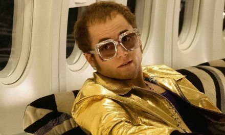 Elton Johnin värikkään elämäkertaelokuvan tärkein viesti on yksinkertainen: muistakaa halata lapsianne!