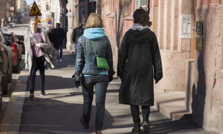 Riina Hannukselan kävelyteos kutsuu leikkiin ja läsnäoloon keskustassa – yhden tai kaksi katsojaa kerralla