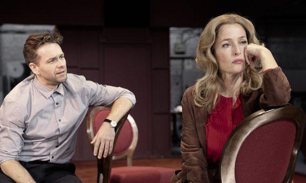 Suuren maailman teatteria Tampereen valkokankailla – National Theatren tähtenä nyt Gillian Anderson