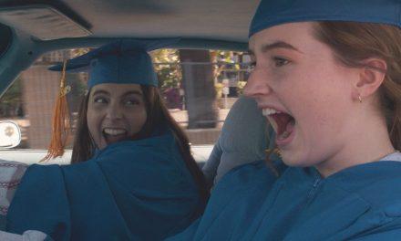 Ei niin nokkela koulukomedia – Booksmartin tytöt bilettävät yhdessä illassa neljän kouluvuoden edestä