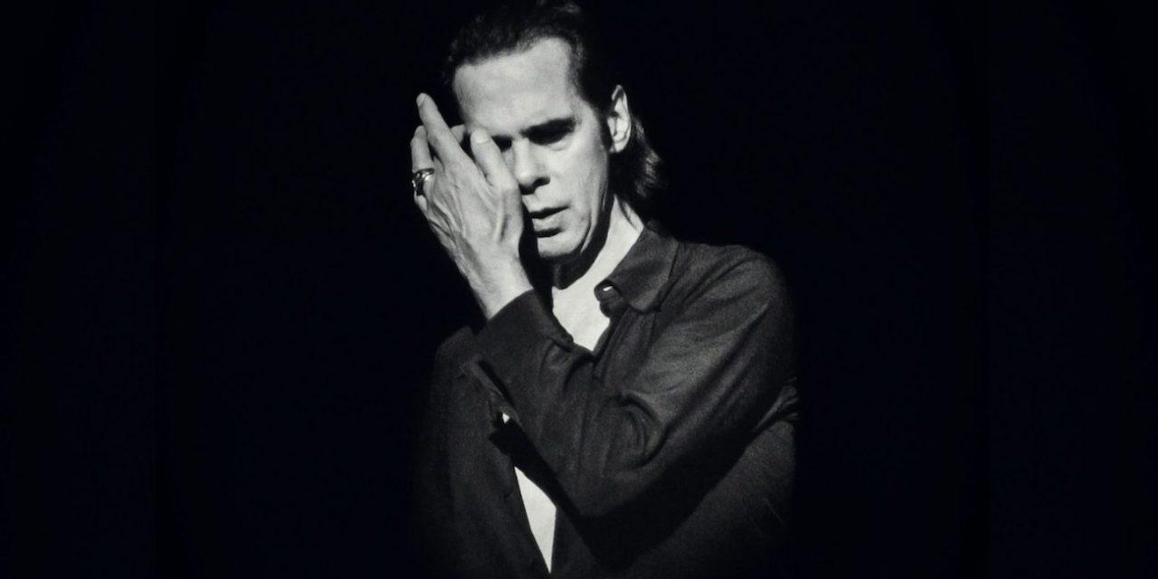 Nick Cave Edinburghissa: Voiko artisti olla enemmän läsnä kuin Cave Conversations-kiertueellaan?