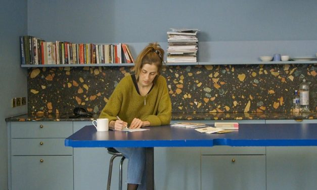 Vuoden nuori taiteilija Nastja Säde Rönkkö kuvaa infoähkyä ja somepaastoa – yllättävä näkökulma puuttuu
