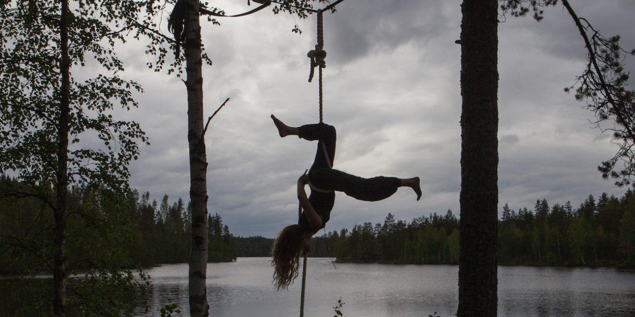 Sirkus nyt -kirja on uusi ja ajankohtainen vahvistus kapeaan suomalaiseen sirkuskirjahyllyyn