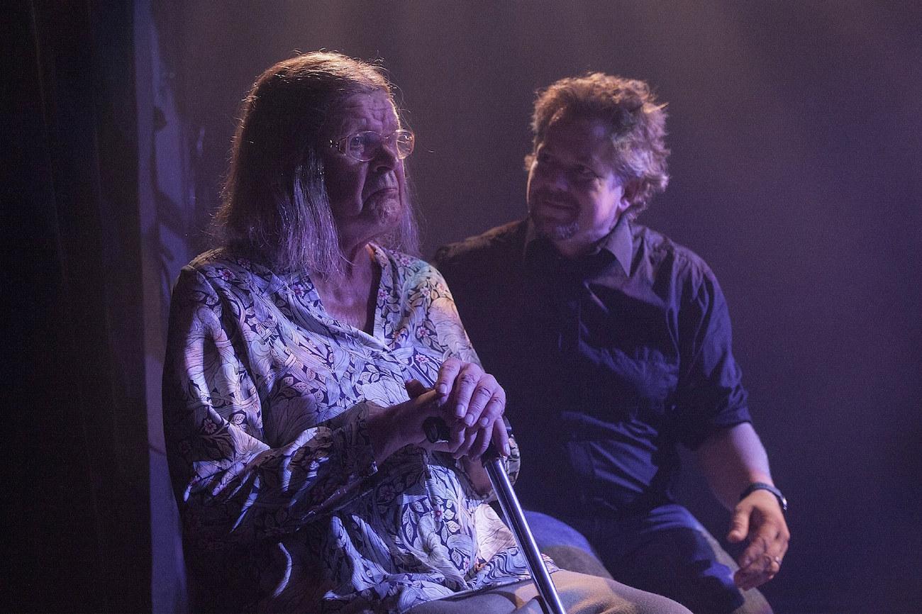 Heikki Kinnunen ja Klaus Klemola istuvat tuoleilla Arkiset leikit -näytelmässä.