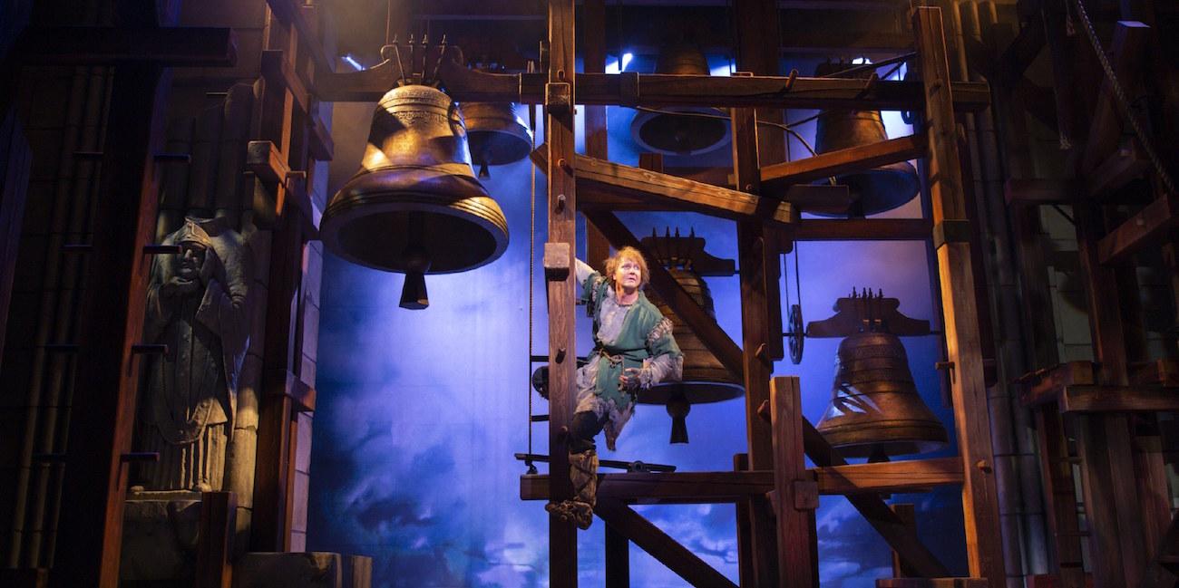 Petrus Kähkönen Quasimodon roolissa Notre Damen kellonsoittaja -näytelmässässa.