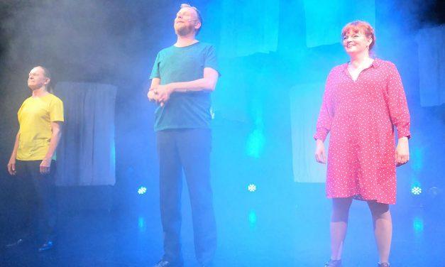 Vilpitön mieli: Tampereen Komediateatteri kertoo taideväärennöksiä kaupanneen Jouni Rannan tarinan
