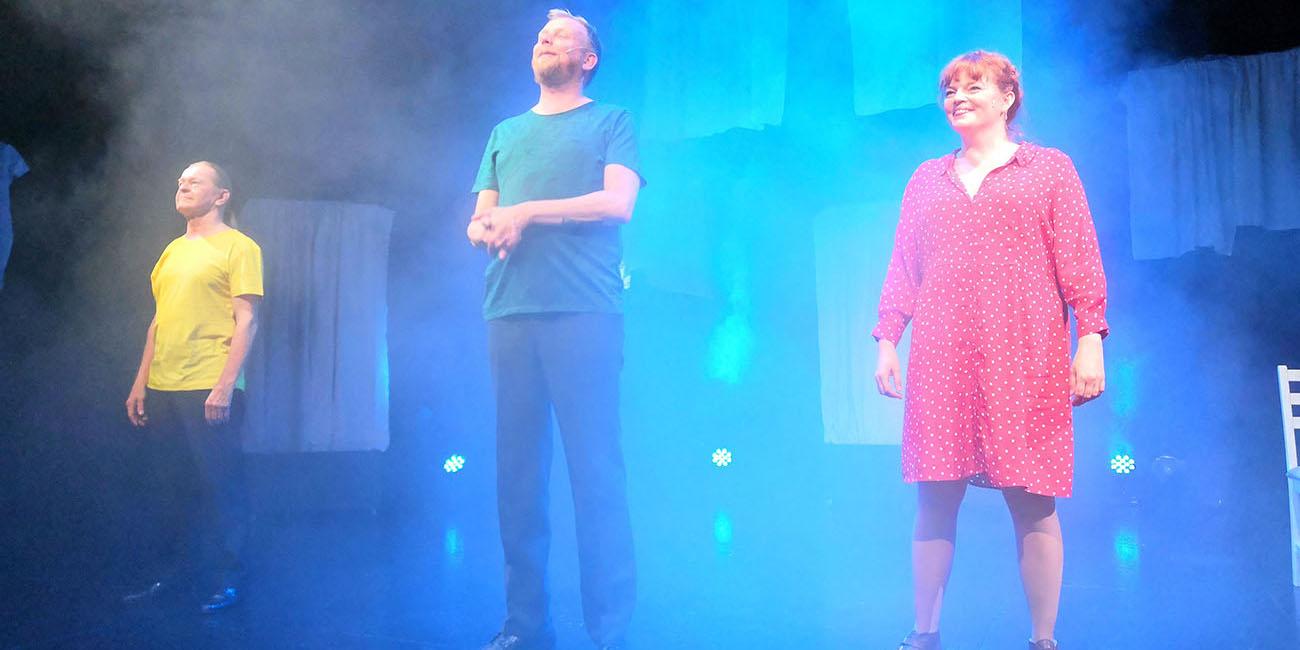 Vilpitön mieli -näytelmän Ola Tuominen, Jani Karvinen ja Petra Karjalainen näytelmän lavasteissa.