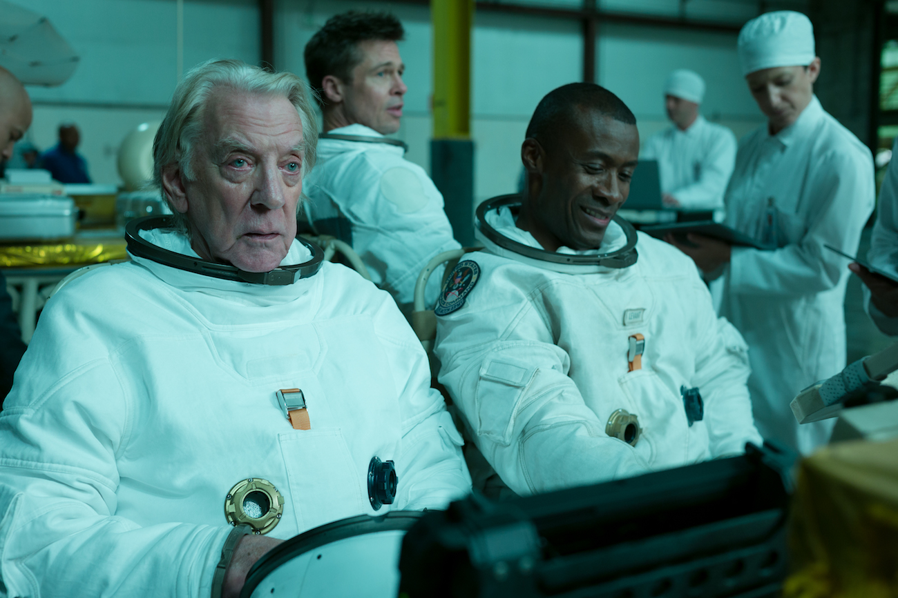 Donald Sutherland ja Sean Blakemore elokuvassa Ad Astra.