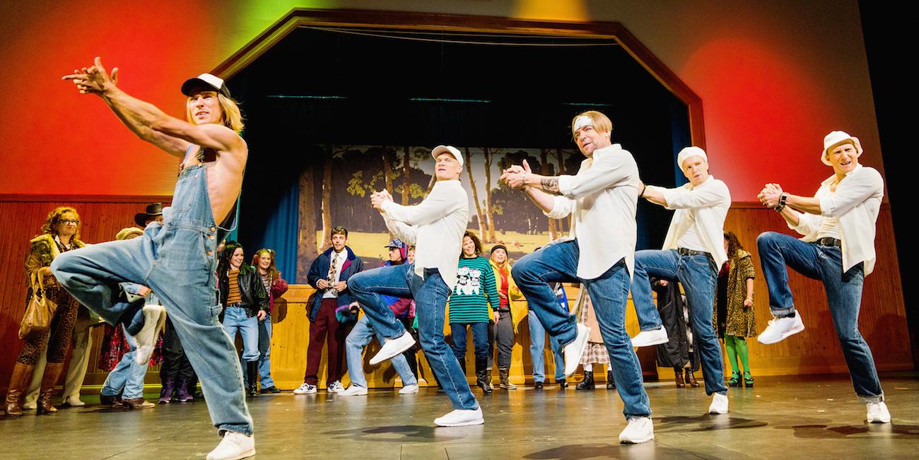 Näyttelijät Saska Pulkkinen, Jonas Saari, Jari Ahola, Jon-Jon Geitel ja Lauri Mikkola Poikabändi-musikaalin tanssikohtauksessa Toijalan nuorisoseurantalon lavasteissa.