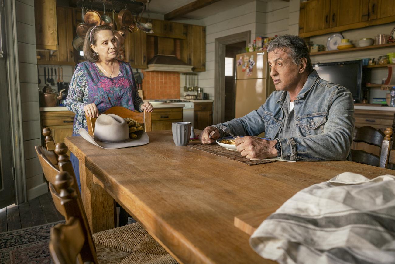 Sylvester Stallone istuu pöydän ääressä Rambo: Last Blood -elokuvassa.
