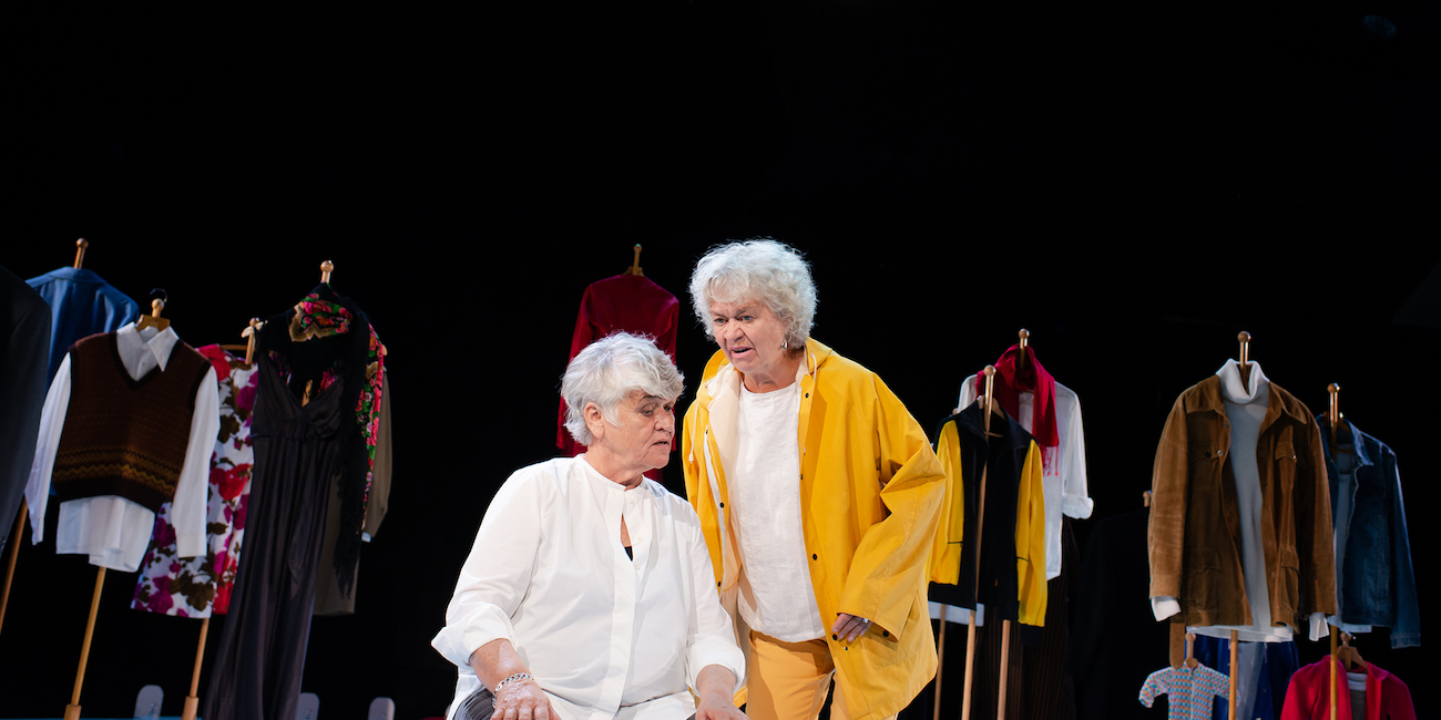 Pirkko Saisio ja Marja Packalén KOM-teatterin Valehtelijan peruukki -näytelmässä.