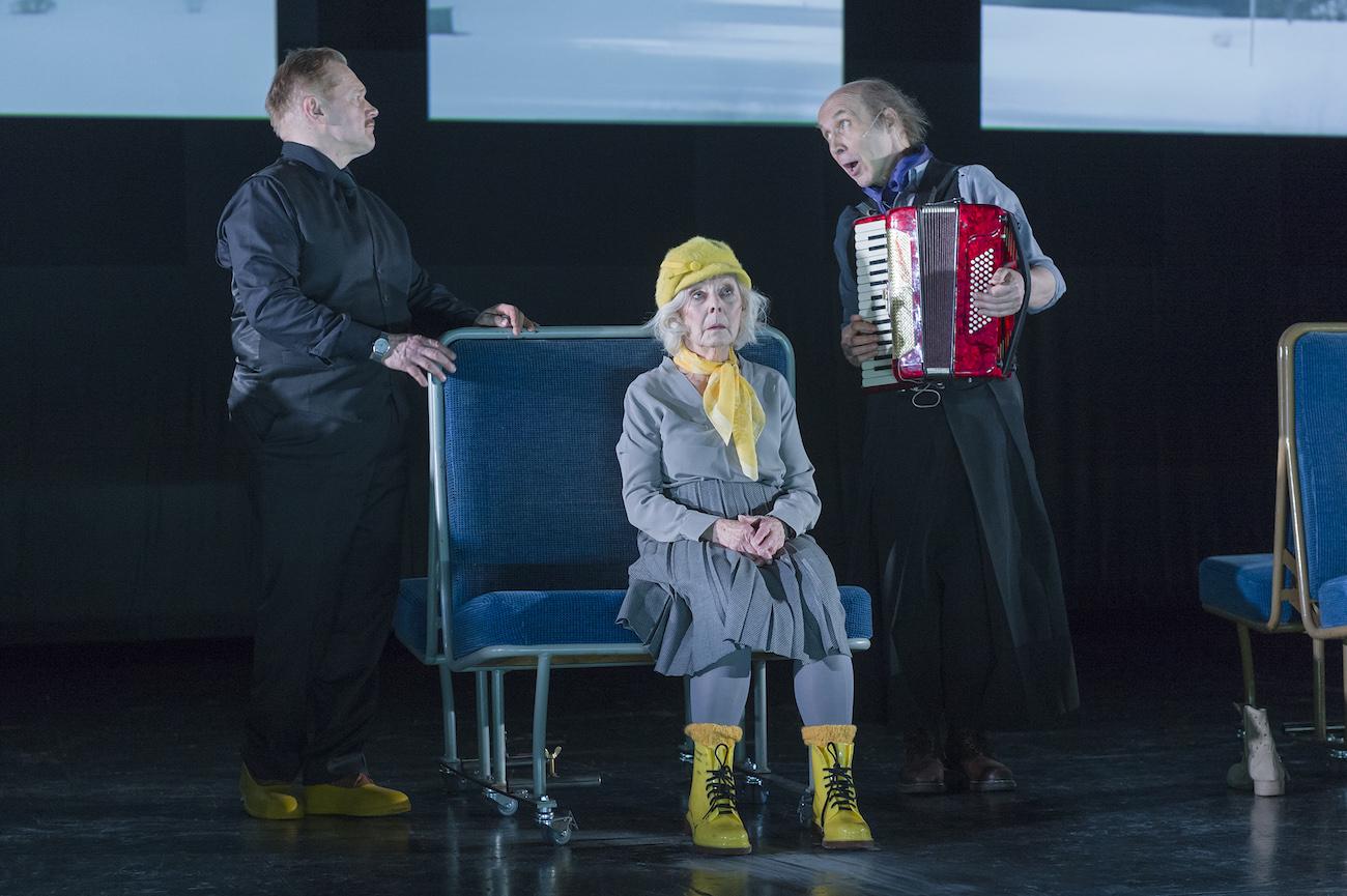 Puntti Valtonen ja Seela Sella Yhtä matkaa -näytelmässä. Safka Pekkonen soittaa haitaria.