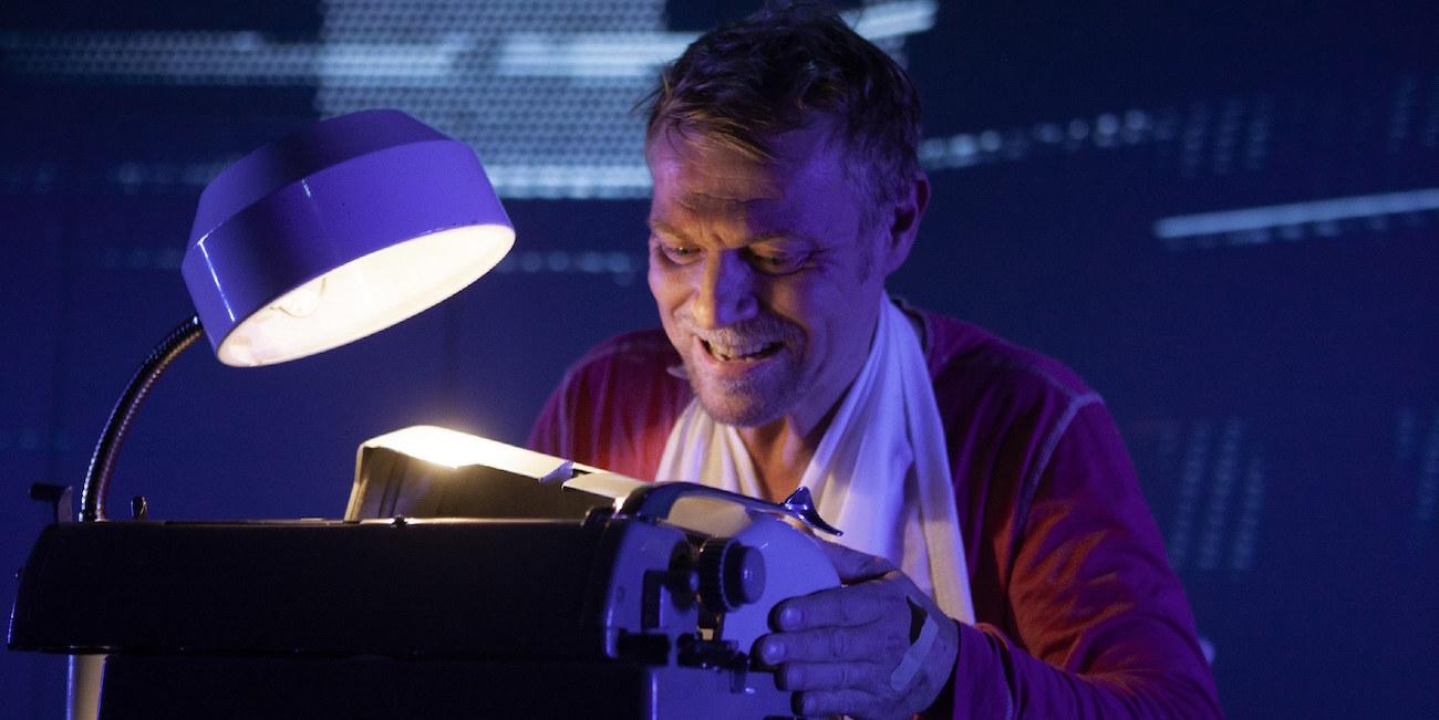 Antti Mikkola ottaa Stephen Kingin Piinasta Tampereen Teatterissa irti sen mitä saa – ja vähän enemmän