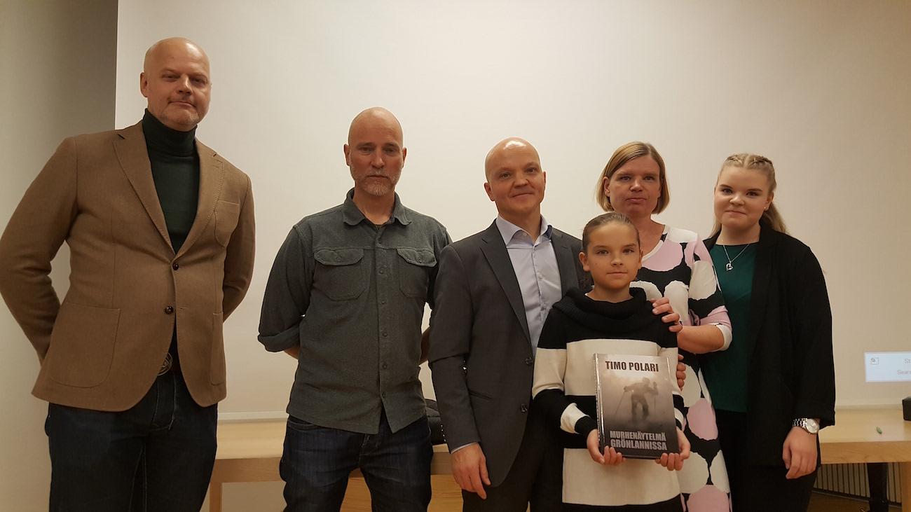 Elokuvatuottaja Jouni Mutanen, elokuvaohjaaja Aku Louhimies ja seikkailija-kirjailija Timo Polari sekä hänen perheensä.
