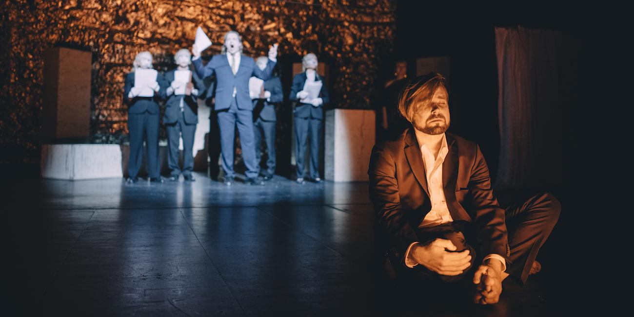 Jari Ahola Haimonin roolissa Tampereen Työväen Teatterin Antigone-näytelmässä.