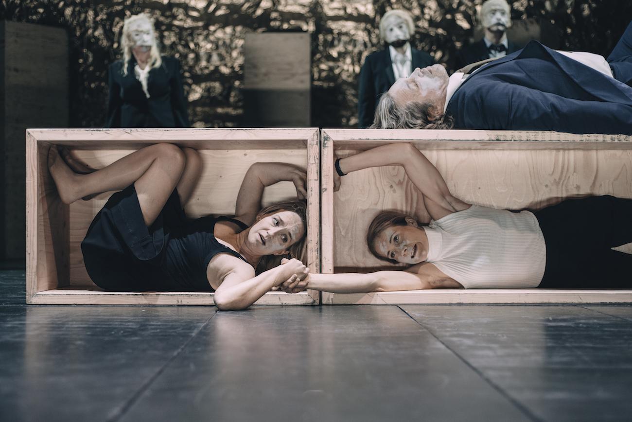 Heidi Kiviharju ja Petra Ahola Antigonen ja Ismenen rooleissa.