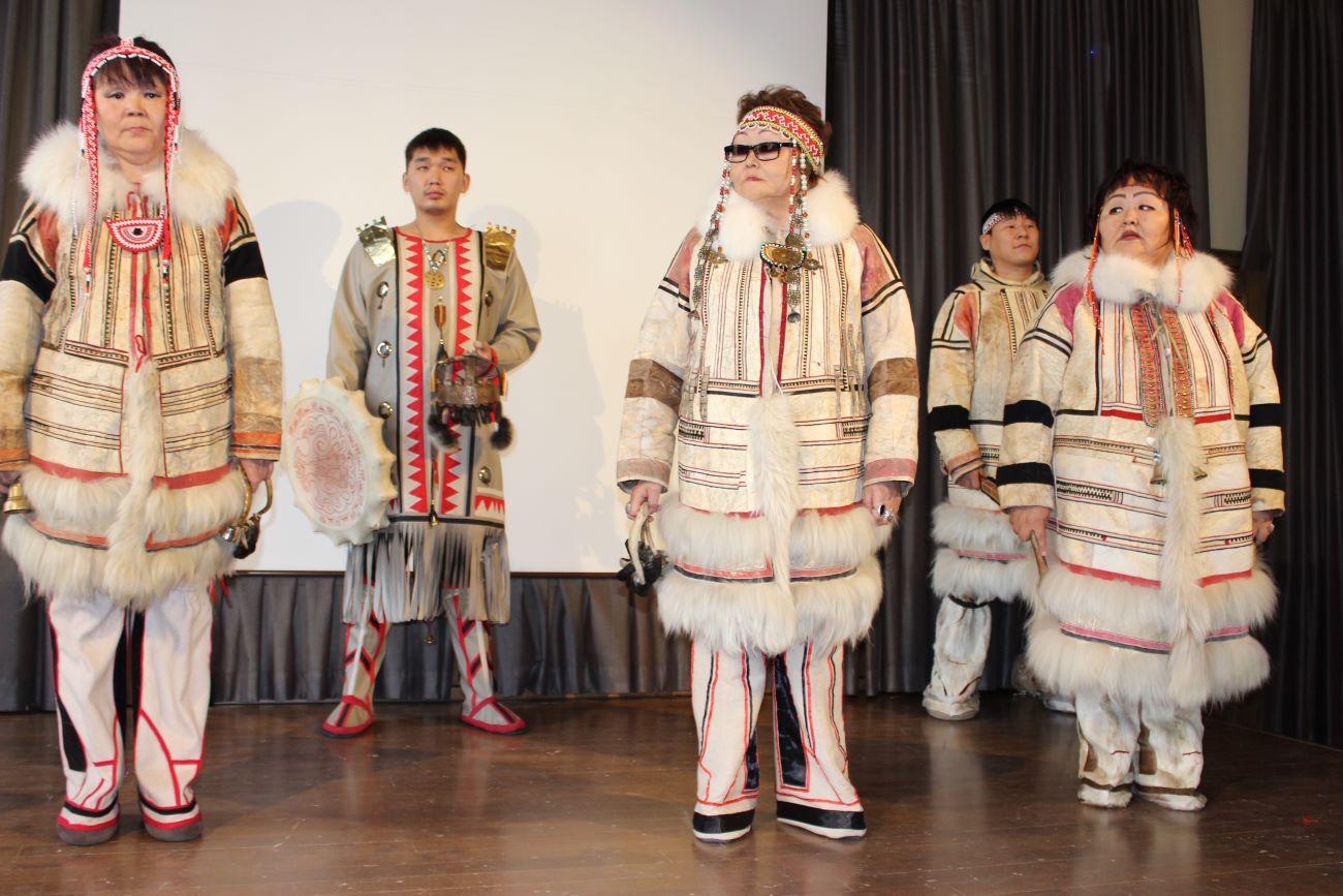 Nganasan-kansan folklore-ryhmä Dentedie esiintyy.