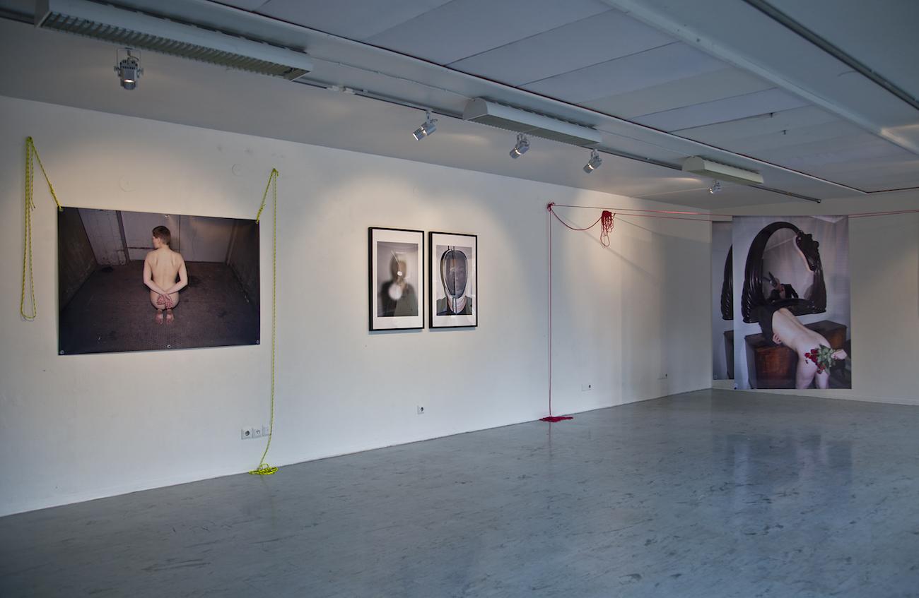 Yleisnäkymä Marika Halosen näyttelystä Galleria Rajatilassa.