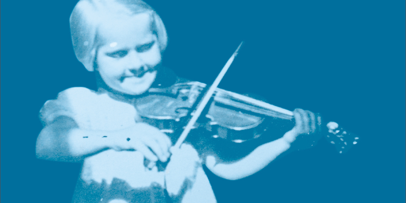 Asta Kuusinen soittaa viulua pikkutyttönä.