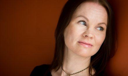 Marisha Rasi-Koskisen aikamatkamysteeri Auringon pimeä puoli on hiukan kunnianhimoisempi nuortenromaani