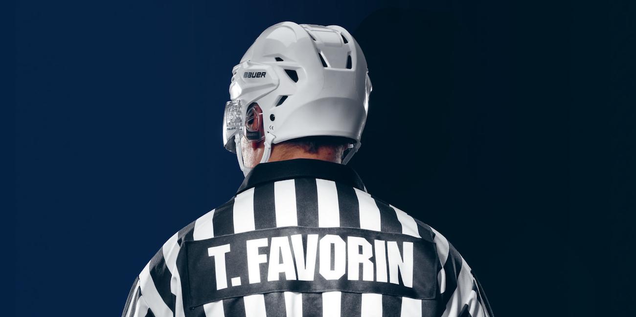 Kaukaloiden raitapaita – arvostelussa Linda Huhtisen kirja tuhannen ottelun tuomarista Timo Favorinista