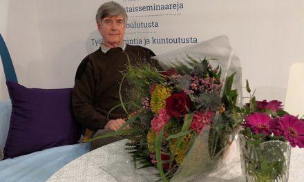 Kirjailijat kiittävät Erkki Kiviniemeä – tamperelaiskustantaja lupaa jatkaa työtä kirjallisuuden hyväksi