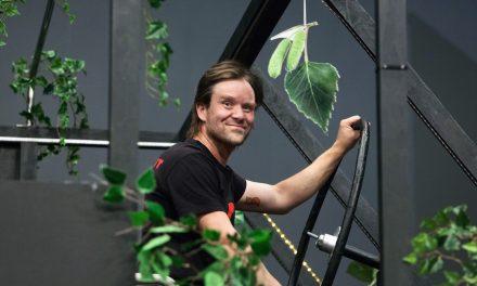 Tampereen Työväen Teatterin Juhannustanssien lavastus kertoo omaa tarinaansa – sen on luonut Janne Vasama