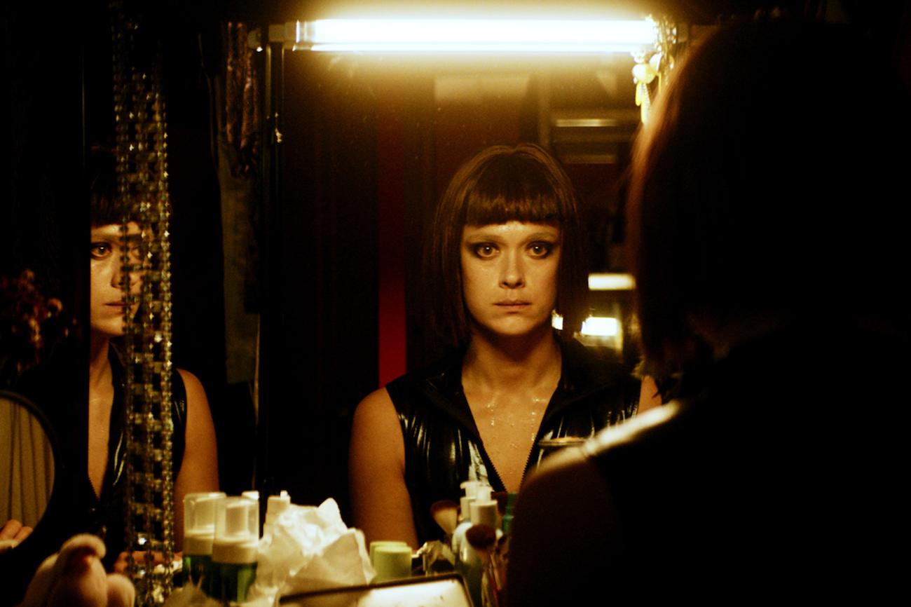 Krista Kosonen on BDSM-domina Mona elokuvassa Koirat eivät käytä housuja.