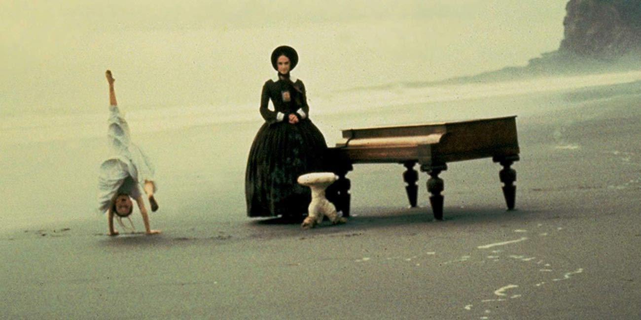 Piano ja nainen kaukaisella rannalla
