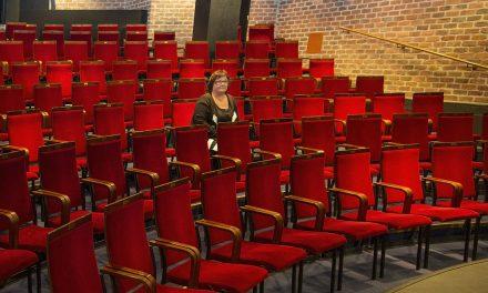 Näyttelijä Sari Mällinen ihailee Sirkku Peltolan tapaa katsoa ihmistä ymmärtäen, mutta sopivan rosoisesti