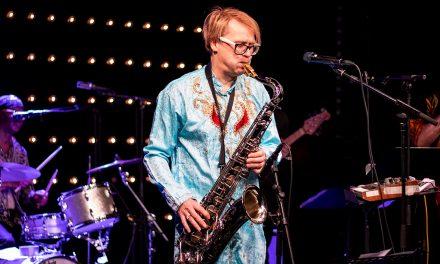 Jimi Tenor Band nousi TTT-Klubilla kosmisiin korkeuksiin, mutta eivätkö suomalaiset arvosta outolintuaan?