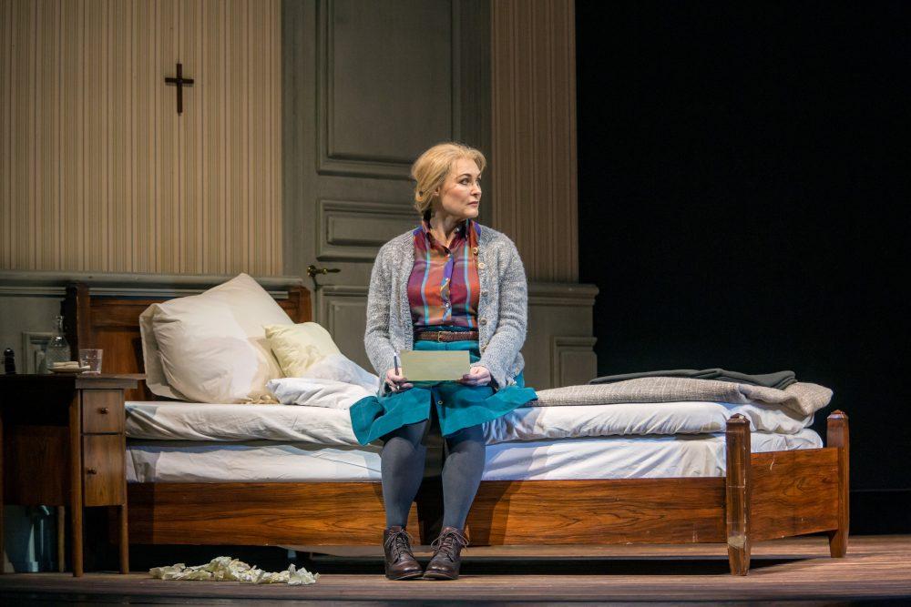 Syyssonaatti palasi Kansallisoopperaan – emotionaalisessa oopperassa tuntuu Bergmanin elokuvien henki