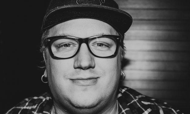Koko kansaa naurattava terapeutti – Arttu Wiskari yhtyeineen vieraili Tampereen yökerho Ilonassa