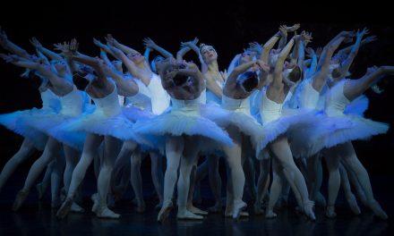 Kuka uskaltaa muuttaa klassikkobalettia – ajatuksia Tampere-talossa nähdystä Joutsenlampi-baletista