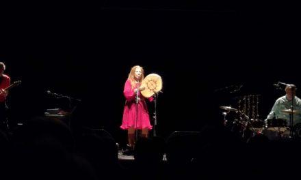 Mari Boinen musiikki puhuu maan, ilman ja maailman puolesta – saamelaisartisti häikäisi Kulttuuritalossa