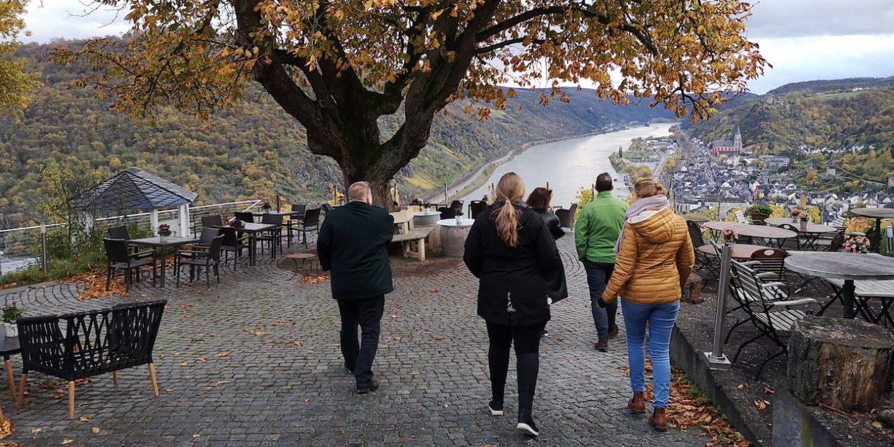 Taidematkailu luottaa hyviin tarinoihin – Heimat-tv-sarjan fani löytää Simmernistä tuttuja paikkoja