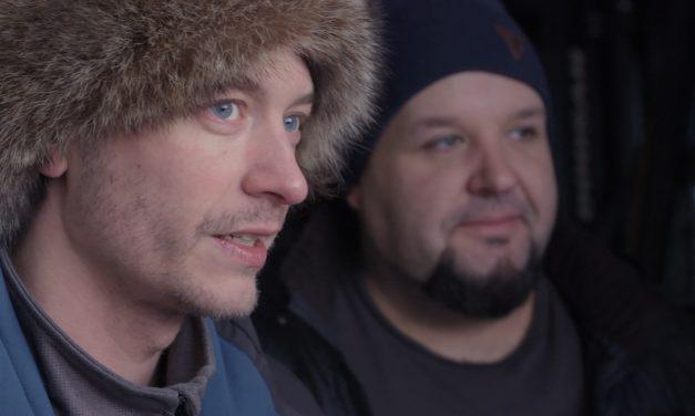 """""""Siellä oli miehillä kypärät, meillä tonttulakit"""" – dokumenttielokuva seuraa joulupukkien matkaa sodan keskelle"""