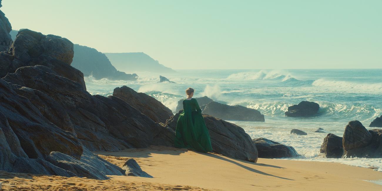 Adèle Haenel merenrannalla elokuvassa Nuoren naisen muotokuva.