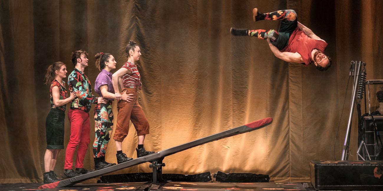 Täydellisestä kiertueteoksesta puuttuu vauhti – Cirkus Cirkörin Bloom-esitys Aleksanterin teatterissa