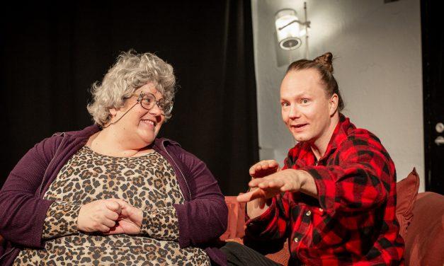 Teatterikoneen Remontti on täsmäisku keski-iän kriisissä kieriville – ja sen viattomille sivustaseuraajille
