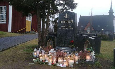 Se on Pori, missä ikävä on suuri – kynttilät, kukat ja kortit lohduttavat Olli Lindholmin haudalla