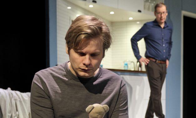 Lapsen mieli murtuu – Paavo Kinnunen näyttelee upeasti traumatisoitunutta teiniä Kom-teatterin Pojassa