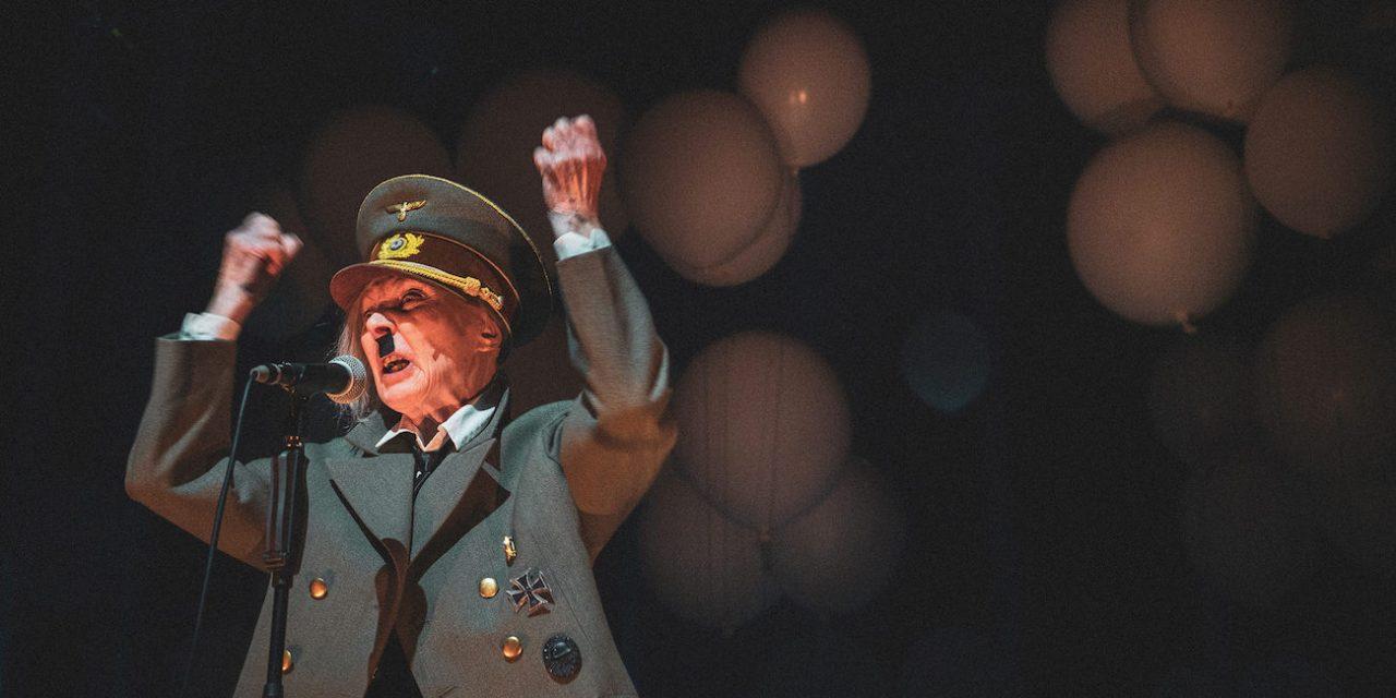 """""""Minä olen taiteilija, joka on pakotettu politiikkaan"""" – TTT:n Hitler ja Blondi haastaa katsojan"""