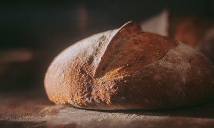 Paluu juurille: Leipään riittää jauhot, vesi ja suola – hapanjuurileipurien yhteisön reseptit kirjaan