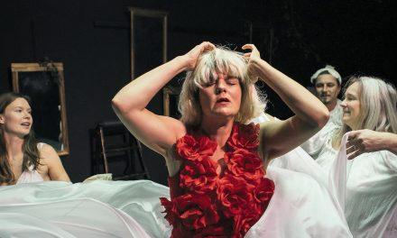 Ruusuruoska on näytelmä ruumiillisuudesta ja ihmisyydestä – Takomon ja TTT:n produktio Kellariteatterissa