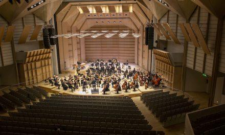 Tampere Filharmonia soi tyhjälle salille – Olari Eltsin johtamassa konsertissa musiikki puhkaisi taivaan