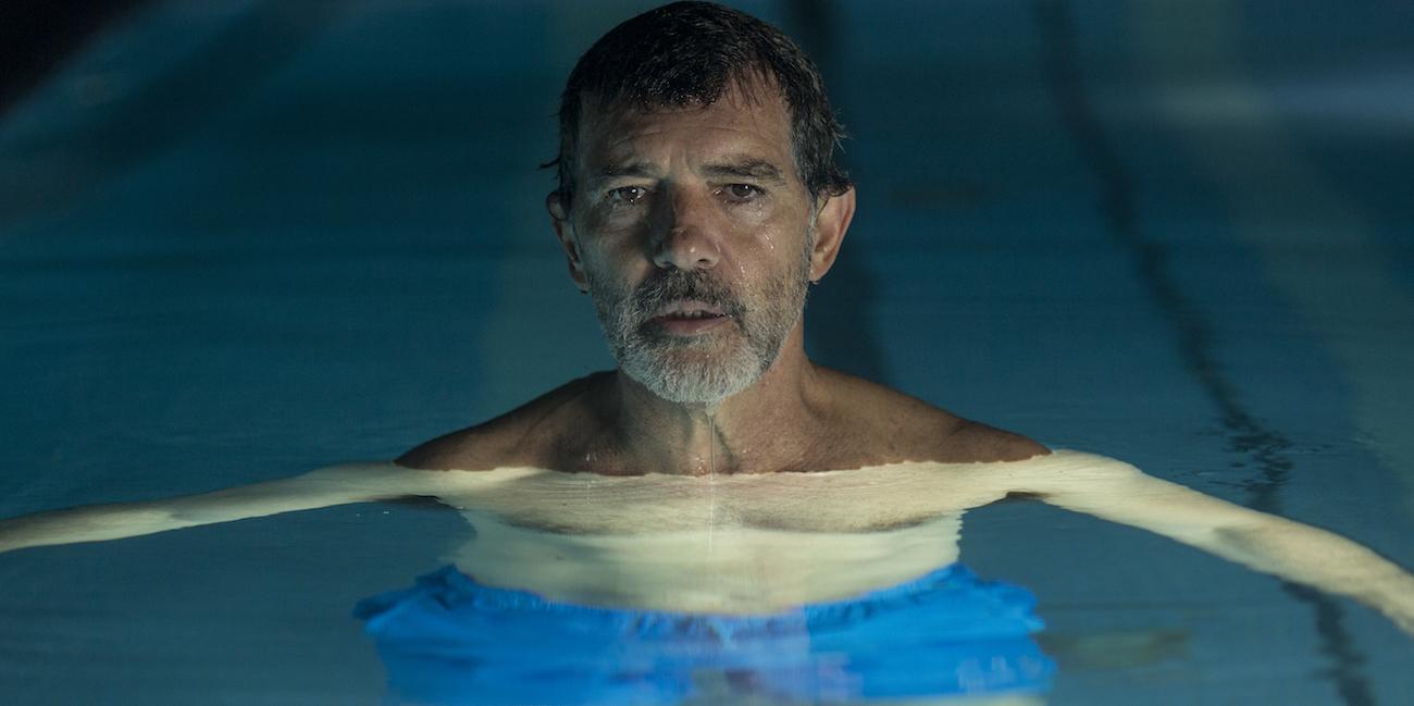Näyttelijä Antonio Banderas uima-altaassa elokuvassa Kärsimys ja kunnia.