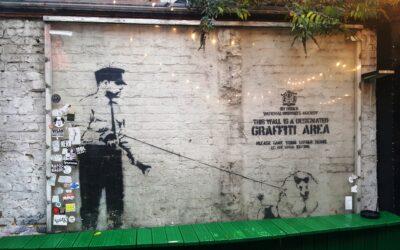 Banksyn teemoja ovat sodanvastaisuus, kaupallisuuden kritiikki ja sosiaalinen oikeudenmukaisuus – mutta millaisia töitä näemme Mäntässä?